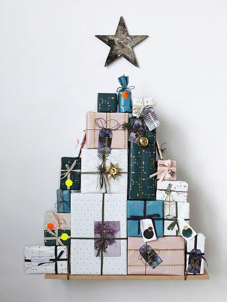 arbol de navidad con cajas de carton
