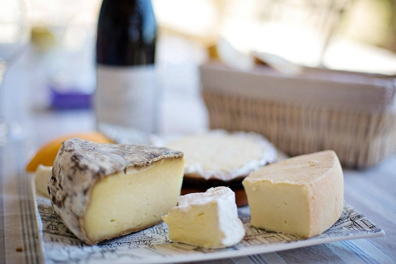 queso con botella de vino